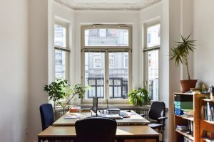 Bild mit einem der Arbeitsräume, Blick auf Tische und aus dem Fenster