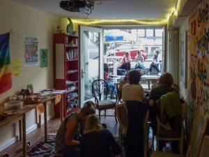 Bild mit Blick aus dem Café auf die Straße